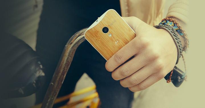 Motorola Moto X med baksida av trä